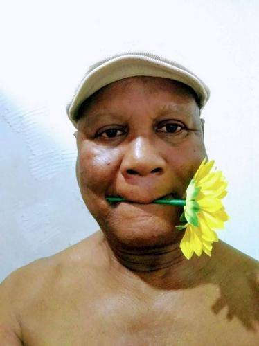 Um homem e flor